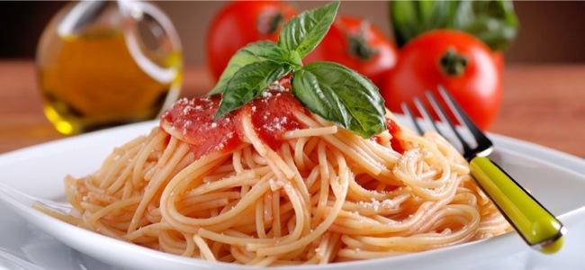 spaghetti-al-pomodoro-con-foglia-di-basilico