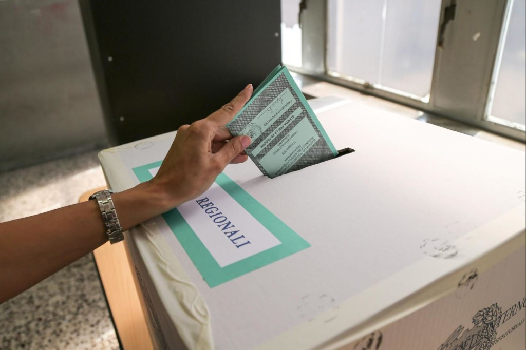Foto LaPresse - Marco Cantile 31/05/2015 Salerno, Italia Politica Elezioni Regionali in Campania 2015: un seggio di Salerno con presidenti, scrutatori e elettori mentre votano.Nella foto: seggio Salerno