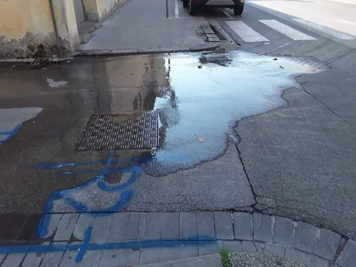 perdita rete idrica angolo via Mazzini-Battisti